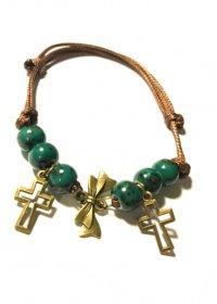 Браслет с двумя крестиками и зелеными бусинами
