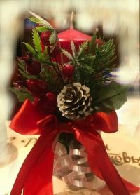 Рождественская свеча декорированная (Красная, с ягодами, шишками, еловыми веточками и ленточками)