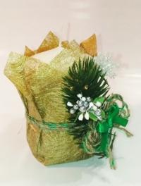 Свеча Рождественская декорированная малая (Белая с шишкой,еловой веточкой и зеленой лентой, с золотой сеточкой)