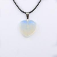 Кулон в виде сердца из природного камня. Лунный камень