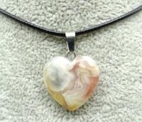 Кулон в виде сердца из природного камня. Кружевной агат