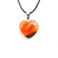 Кулон в виде сердца из природного камня. Сердолик