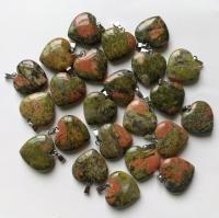 Кулон в виде сердца из природного камня. Унакит