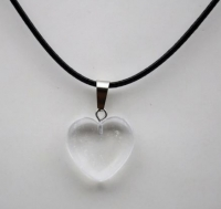 Кулон в виде сердца из природного камня. Горный хрусталь