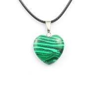 Кулон в виде сердца из природного камня. Малахит