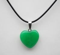 Кулон в виде сердца из природного камня. Зеленый нефрит
